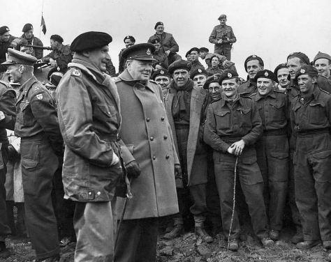 Ao lado de Winston Churchill vemos o Marechal Bernard Law Montgomery, 1º visconde Montgomery de Alamein
