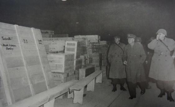General Dwight D. Eisenhower visitando mina de sal onde os nazistas guardavam obras de arte roubadas