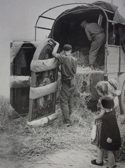 Os nazistas eram tão caras de pau, que chegaram a se fotografarem retirando obras de arte. Como mostrado aqui na Itália, colocando em um caminhão quadros do pintor Piero del Pollaiolo