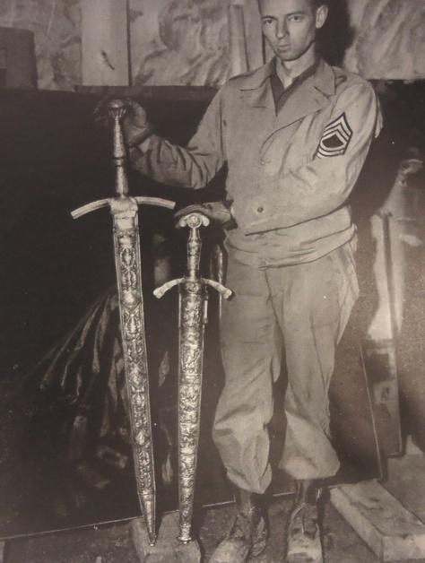 Espadas de Frederico, O Grande, ricamente trabalhadas e recuperadas do saque nazista