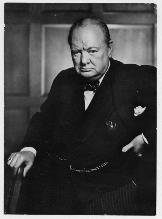 Winston Leonard Spencer Churchil, ou simplesmente, Sir. Winston Churchill, como ficou mundialmente conhecido este brilhante político britânico. Nasceu em 1874 e veio a falecer em 1965, ficando mundialmente conhecido pelo seu trabalho e liderança junto aos países aliados no combate aos nazistas e fascistas.