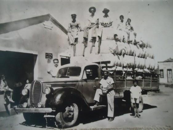 Caminhão abarrotado de fardos de algodão. A plantação desta malvácea foi um grande impulsionador da economia nordestina