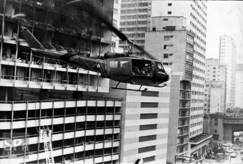 Helicóptero UH-1H da FAB na cena da tragédia do Joelma - Fonte - www.saopauloantiga.com.br