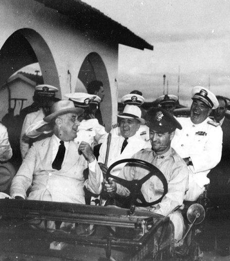 Roosevelt e Vargas em Natal. Na direção do jipe o capitão David Channing Moore