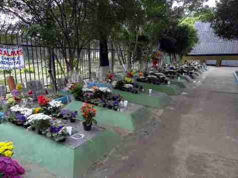 """Placas e Cartazes com Agradecimentos pelas Graças Alcançadas junto aos Túmulos das """"Treze Almas"""" no Cemitério São Pedro - Fonte - http://www.alemdaimaginacao.com/"""