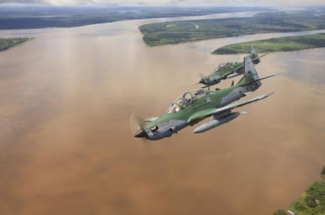 Super Tucano bombardeia pistas de tráfico- Johnson Barros/ FAB