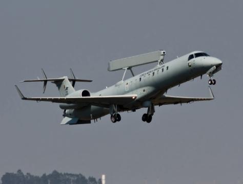 Aviões intrusos devem usar frequência de rádio especial; o jato E-99 (foto) controla o espaço aéreo brasileiro- Johnson Barros/FAB