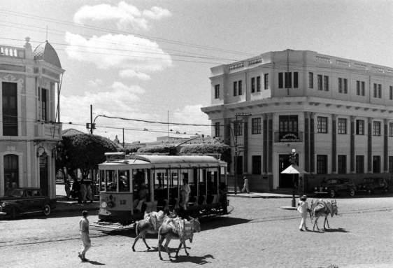 Foto da revista Life, realizada em fins de 1941, ou no início de 1942, mostrando um típico bonde de Natal, nos cruzamentos das Avenidas Duque de caxias e Tavares de Lyra, no bairro da Ribeira.