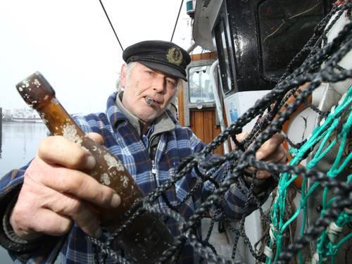 Descoberta. Pescador alemão Konrad Fischer descobriu a mensagem na garrafa em março, nas águas do Mar Báltico. O documento, que passou 101 anos no mar, é a mensagem na garrafa mais antiga já encontrada, segundo o Museu Marítimo de Hamburgo UWE PAESLER / AFP Leia mais sobre esse assunto em http://oglobo.globo.com/mundo/mensagem-na-garrafa-encontrada-apos-101-anos-na-alemanha-12137262#ixzz2yQIn0eYs  © 1996 - 2014. Todos direitos reservados a Infoglobo Comunicação e Participações S.A. Este material não pode ser publicado, transmitido por broadcast, reescrito ou redistribuído sem autorização.