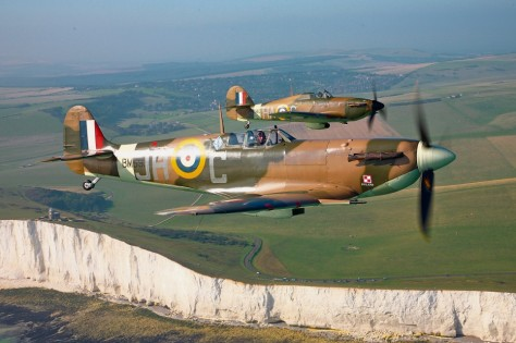Aviões britânicos Spitfire e Hurricane sobreviventes da II Guerra, sobrevoando os rochedos brancos de Dover, as margens do Canal da Mancha