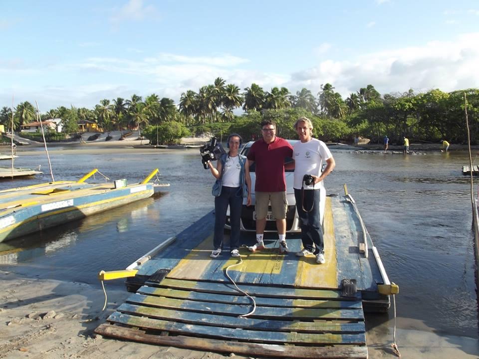 Com os amigos Claudia Perroni Mello e Luiz Claudio Daniel Daniel na balsa de Sibaúma, Tibau do Sul-RN.