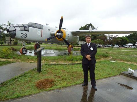 """O autor deste artigo em uma visita a BANT, junto a B-25 preservada Praça """"Ninho das Águias"""""""