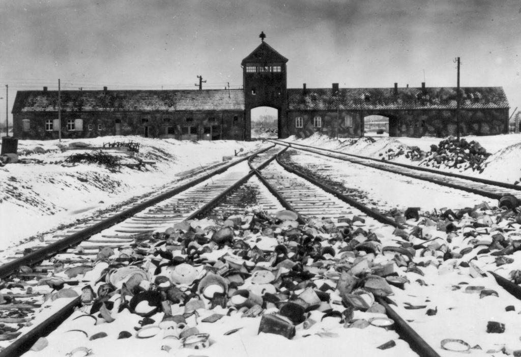 Entrada ferroviária de Auschwitz - Fonte - en.auschwitz.org