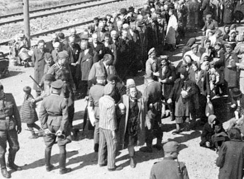 Chegada de prisioneiros ao campo - Fonte - en.auschwitz.org