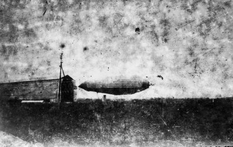 O Bartholomeu de Gusmão sendo experimentado em 7 de março de 1894, no Realendo (Rio de Janeiro, Brasil) - Fonte - http://upload.wikimedia.org/wikipedia/commons/c/c6/Bartholomeu_de_Gusmao.jpg