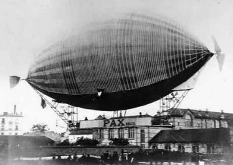 Na proa, Augusto Severo comanda o balão Pax, tendo na popa o mecânico Sachet - Foto - Musée de L'Air Le Bourgethttp://, VIA www.novomilenio.inf.br/