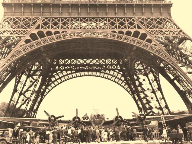 Críticos contestam esta perseguição sobre os arcos da grande torre de Paris. mas espaço existe, como podemos ver na foto de uma exposição  após a libertação pelos Aliados da capital francesa