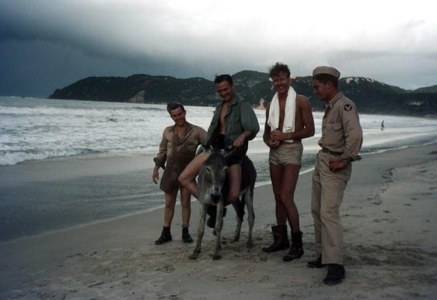 E os militares aproveitavam para se inteirar da cultura local e relaxar um pouco na praia - Fonte - Ivan Dmitri/Michael Ochs Archives / Getty Images, via - http://www.buzzfeed.com