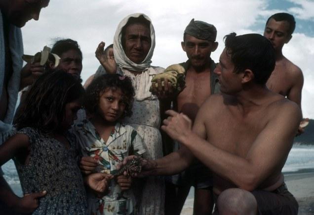 Em umtempo que em Ponta Negra ainda se vendia lagostas na beira mar. Certamente estas mulheres eram moradores da Vila de Ponta Negra - Fonte - Ivan Dmitri/Michael Ochs Archives / Getty Images, via - http://www.buzzfeed.com