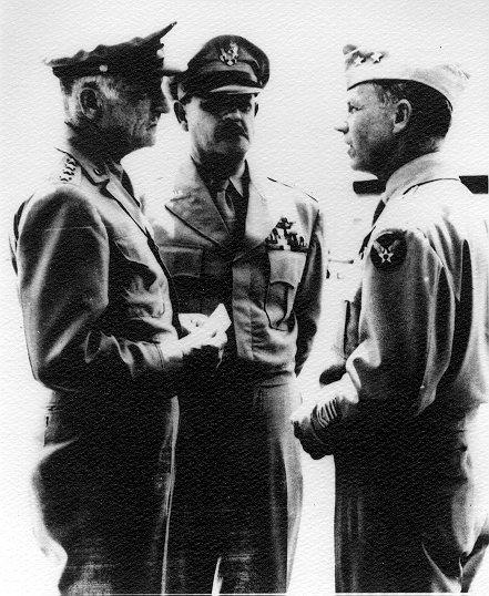 No centro da foto vemos o general Muir S. Fairchild, membro da Divisão de Planos Estratégicos em Washington durante a II Guerra e outro membro da Esquadrilha Dargue em Natal no ano de 1927