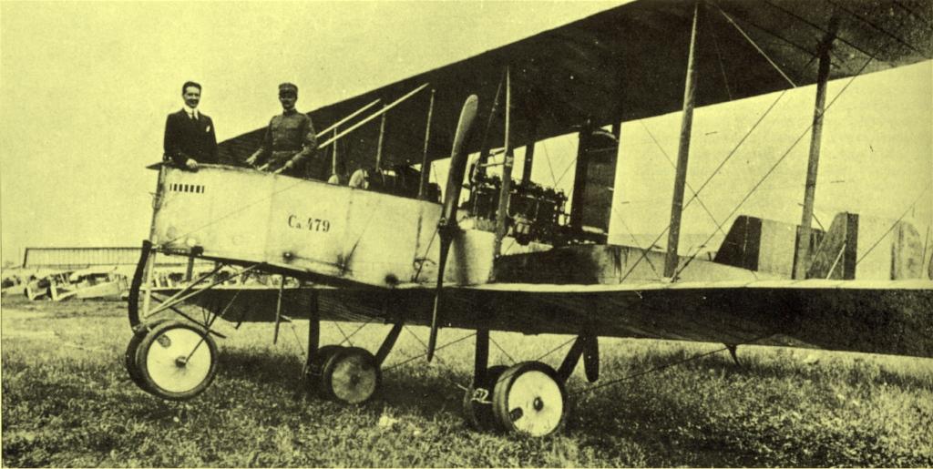 Gianni Caproni, de terno, na nacele de um de avião fabricado pela sua empresa.