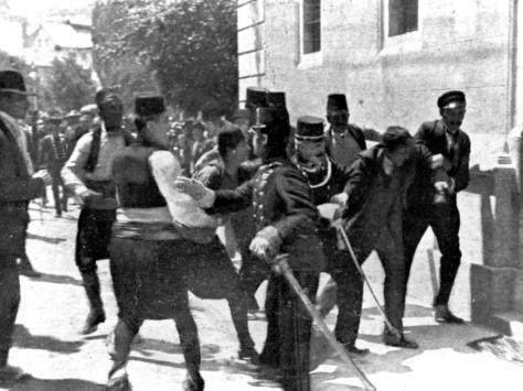 Um suspeito, segundo a direita, é capturado pela polícia em Sarajevo logo após os disparos que assassinaram o arquiduque e sua esposa