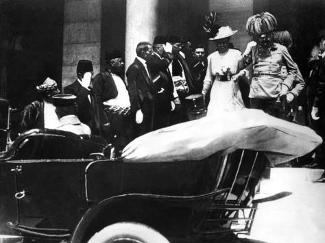 Uma imagem de arquivo do dia 28 de junho de 1914 onde mostra o arquiduque Francisco Ferdinando, herdeiro do trono do Império Austro-húngaro, e sua esposa, deixando a prefeitura pouco antes de seu assassinato em Sarajevo. A cidade estava ensolarada e em clima de festa pela visita do arquiduque austríaco.