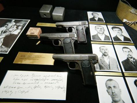Pistola F.N. modelo 1910, em calibre 9mm Curto (9X17), mais conhecido como 380 ACP. Essa arma tinha o número de série 19074 e foi uma das três pistolas que foram fornecidas aos implicados responsáveis por atentar  contra a vida do Arquiduque e que chegou às mãos de Gavrilo Princip, o autor dos disparos. Esta arma foi recuperada em 2004 e está exposta em um museu em Viena, no Heeresgeschichtliches Museum, na Áustria.