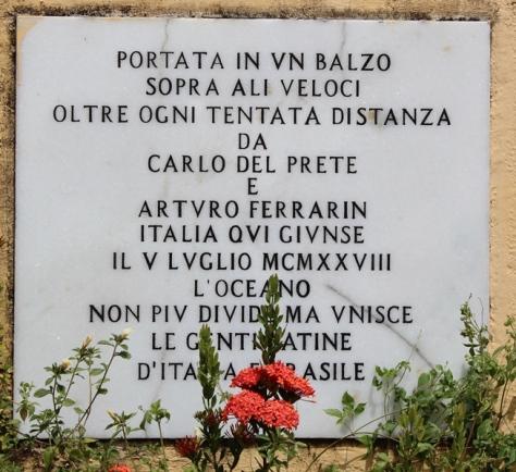 Placa em italiano no largo onde se encontra a Coluna Capitolina