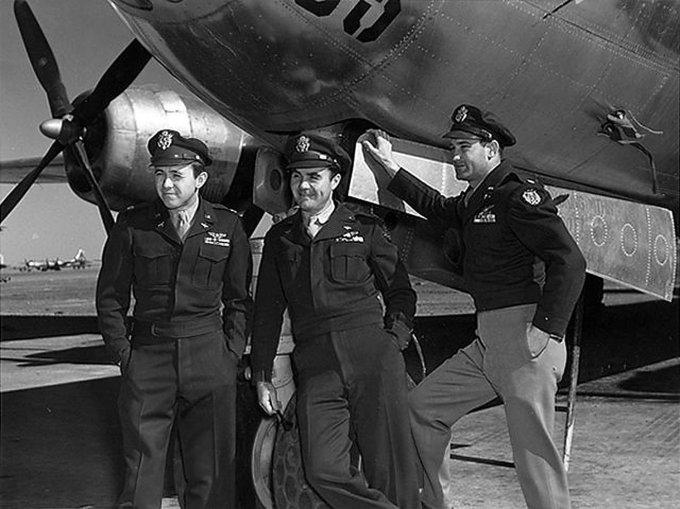 """Capitão Van Kirk, à esquerda, o coronel Paul Tibbets ao centro e o major Thomas W. Ferebee em 1945, depois do voou do """"Enola Gay"""" a Hiroshima. Crédito Força Aérea dos EUA, via Agence France-Press - Getty Images"""