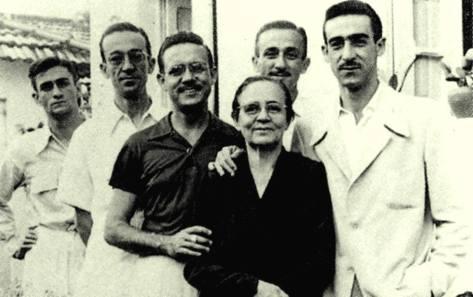 Foto provavelmente da década de 1960, onde mostr Rita Suassuna e seus filhos, da esquerda para direita, Ariano, Saulo, João, Lucas e Marcos