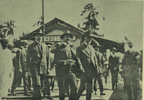 João Suassuna (com papéis e na mão), tendo ao seu lado esquerdo Washington Luís no Porto de Cabedelo, Paraíba
