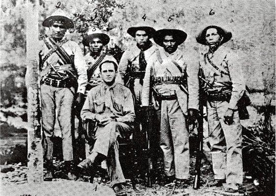 """Sentado vemos Marcolino Diniz, um dos líderes de Princesa e seus """"cabras"""""""