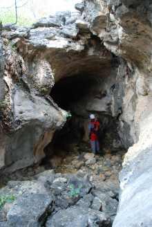 Entrada da Caverna da Carrapateira, no Lajedo do Rosário, Distrito de Passagem Funda, Felipe Guerra-RN, local de abrigo de pessoas da região quando da passagem de Lampião para atacar Mossoró em 1927 - Foto - Solon R. A. Netto