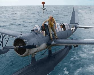 - O Tenente Samuel 'Ted' Hutchins, de Port Charlotte, Flórida, corre sob a asa do seu hidroavião monomotor Chance-Vought OS2U Kingfisher, a partir do encouraçado USS South Dakota, na região de Okinawa, 22 de janeiro de 1945. Colorizado por Leo Determann - https://www.facebook.com/media/set/?set=a.372675339504890.1073741828.372672342838523&type=3