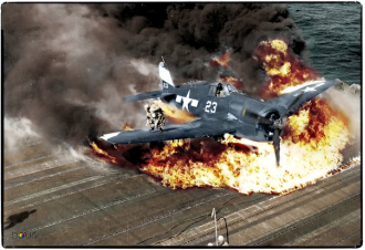 """- Caça F6F-5 """"Hellcat"""" queimando no porta aviões USS Lexington (CV-16). Esta aeronave era pilotada pelo oficial Ardon R. Ives, que espertamente conseguiu se salvar correndo sobre a asa, que lhe protegeu. O fato se deu em fevereiro de 1945, mas Ives morreu em um duelo aéreo em maio daquele ano."""
