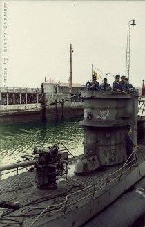 """- O submarino alemão U-455, os conhecidos """"U-boat"""", era um do tipo VII C, estava pronto para o combate em 21 de agosto de 1941, com uma tripulação de 51 homens. Esta nave realizou dez patrulhas de combate, passou 469 dias operando no mar, mas só afundou três navios inimigos. Acredita-se que esta nave afundou por bater em uma mina marítima no dia 6 de Abril de 1944 e foi descoberto por mergulhadores em 23 de outubro de 2005, perto da cidade italiana de Gênova. Colorizado por Edward Tambunan, da Indonésia - https://www.facebook.com/kolorierte.unterseeboote.von.edwardtambunan"""
