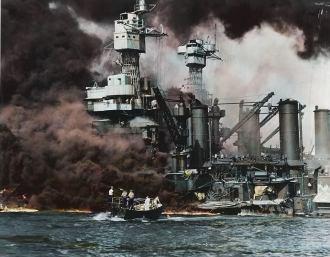 - Clássica foto do ataque japonês a base americana de Pearl Harbor, 7 de dezembro de 1941. Marinheiros em uma lancha de resgate retiram um sobrevivente da água junto ao USS West Virginia (BB-48) durante, ou logo após. O ataque aéreo japonês. Fotografia da Marinha dos Estados Unidos, colorizado por Royston Leonard, Reino Unido.