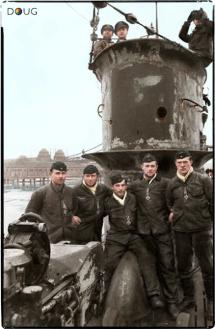 - Os membros da tripulação do submarino U-50 exibem suas Cruzes de Ferro em Wilhelmshaven, na costa alemã do Mar do Norte, em 2 de Março de 1940. Este submarino era do Tipo VII B e era comandado pelo Kapitänleutnant Max-Hermann Bauer. Um mês e dois dias todos os 44 tripulantes morreram quando o U-50 bateu em uma mina no Mar do Norte.