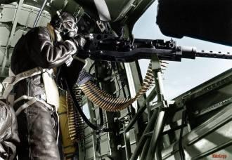 """- Artilheiro de uma B-24 """"Liberator"""" em 1944. Colorizado por Mike Gepp, Austrália."""