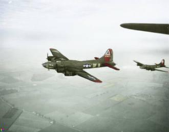 - Nesta foto vemos alguns Boeings B-17 Flying Fortress, do 324th Bomb Squad, 91st Bomb Group, da 8th Air Force a caminho de bombardearem Tours, na França, em 5 de janeiro de 1944. A nave da esquerda é o B-17F, número 42-29837, batizado 'Lady luck', à direita está o B-17F, número 41-24490, 'Jack the Ripper' (Jack, o Estripador). Colorizado por John Winner, dos Estados Unidos.