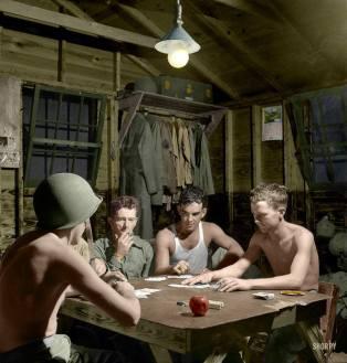 """- Julho de 1943, Greenville, South Carolina, homens do Air Service Command em um jogo de cartas. Colorizado por """"Retropotamus"""", Estados Unidos."""