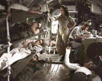 """- Interior de um avião de transporte Curtiss C-46 Commando, modificado como ambulância de evacuação aérea, atuando nas Filipinas, início de 1945. A foto apresenta uma clara operação de evacuação aérea, onde as vítimas provavelmente estavam sendo retiradas de alguma pequena ilha para um hospital maior, talvez em Manila. Além da enfermeira e dos feridos, o sargento que aparece na foto era provavelmente o que chamavam de """"Mestre de Carga"""", que em determinado momento poderia carregar para aeronave vítimas e em outras munições. Este tipo de aeronave bimotor, realizando este tipo de operação, esteve presente em Parnamirim Field durante a II Guerra. Os feridos trazidos a Natal seguiam para o hospital da guarnição norte-americana, atual Maternidade Escola Januário Cicco, na Avenida Nilo Peçanha. Quando faleciam eram enterrados no Cemitério do Alecrim. Ver - https://tokdehistoria.com.br/tag/cemiterio-do-alecrim/"""
