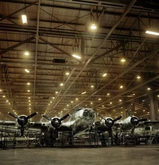 """- Fábrica da empresa Boeing, em Seattle, uma das que produziram bombardeiros pesados B-17F """"Flying Fortress"""". Foto de Andreas Feininger, colorizado por Tom Thounaojam."""