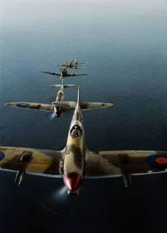 - Grupo de míticos caças Supermarine Spitfire Mark VC, do 2º Esquadrão da Força Aérea Sul-Africana (SAAF), com base em Palata, Itália, voando sobre o Mar Adriático durante uma missão na frente de batalha do Rio Sangro. Out-Dez 1943. (© IWM CNA 2102) - Colorizado por Tom Thounaojam, de Imphal, Índia.