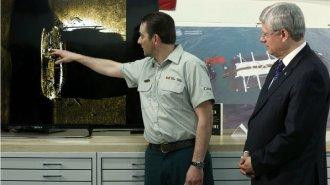 O primeiro-ministro canadense, Stephen Harper, ouve um especialista explicando a descoberta de um dos navios da expedição de Sir John Franklin, desaparecido há mais de 160 anos - Chris Wattie/Reuters