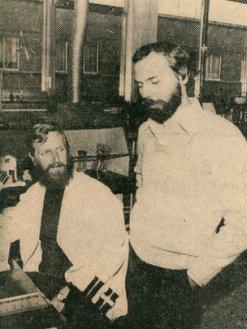 Piot (direita) no laboratório em 1976 (Foto: BBC)
