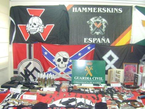 Espanha, material de grupos neonazistas apreendido - Fonte - http://antoniosalasjournalist.blogspot.com.br/2013/08/hammerskin-condemns-neo-nazi-group.html