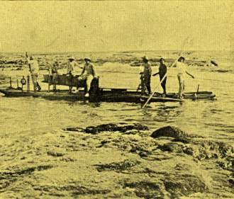 Dificuldade encontrada pela equipe do Navio Faroleiro Vital de Oliveira, da Marinha do Brasil, para entrar na lagoa do Atol das Rocas com uma tradicional jangada.