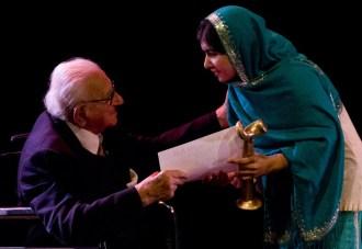 A paquistanesa Malala Yousafzai e Nicholas Winton em 2013 Fonte - www.themalaysianinsider.com